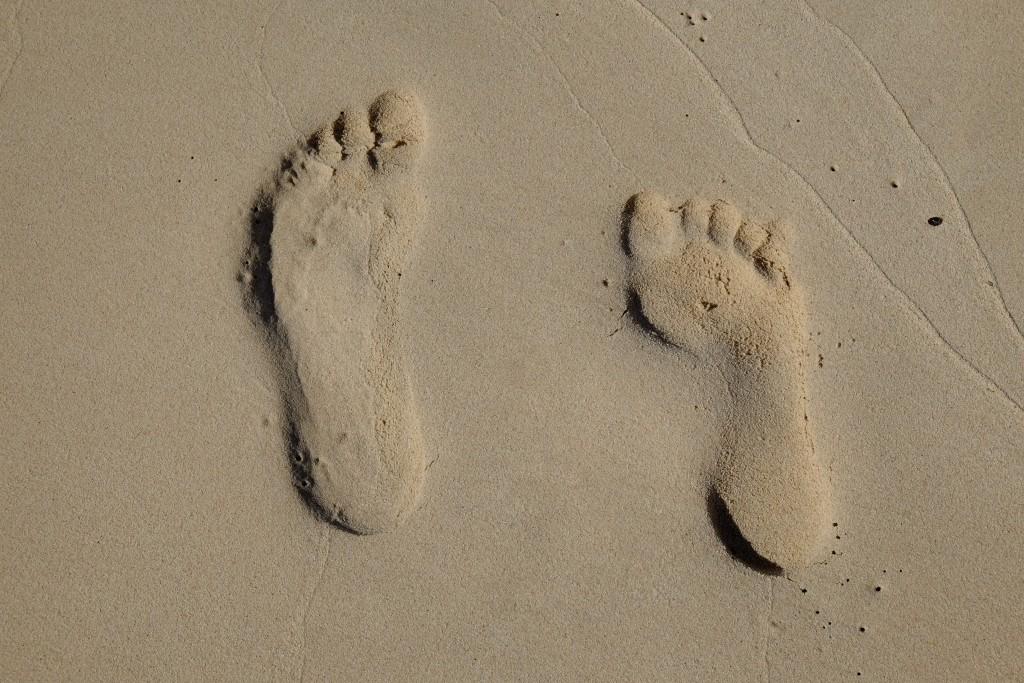 Marque de pieds sur le sable
